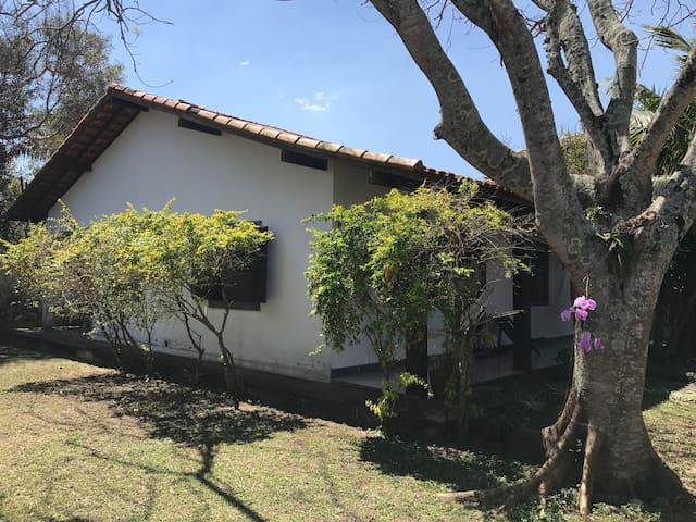 Deliciosa casa com jardim-3 min point praia Itaúna