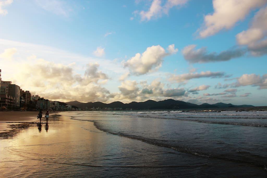 Excelente oportunidade para uma caminhada ao Pôr do Sol na Meia Praia
