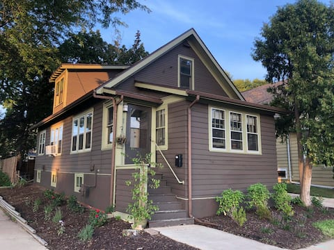 Charming downtown bungalow - private room
