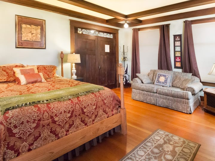NEWLY LISTED! IN DOWNTOWN FRIDAY HARBOR! Explorer's Suite