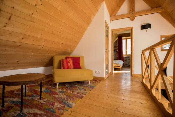 Petit canapé lit - simple. (à l'étage). Espace fermé par un rideau.