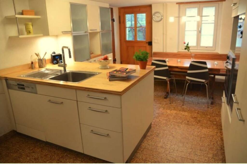 Helle Küche mit Kücheninsel - das Traumziel jedes Hobbykoches
