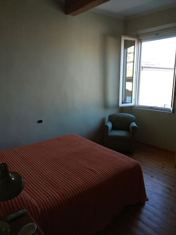 la stanza per gli ospiti con finestra sulla piazza