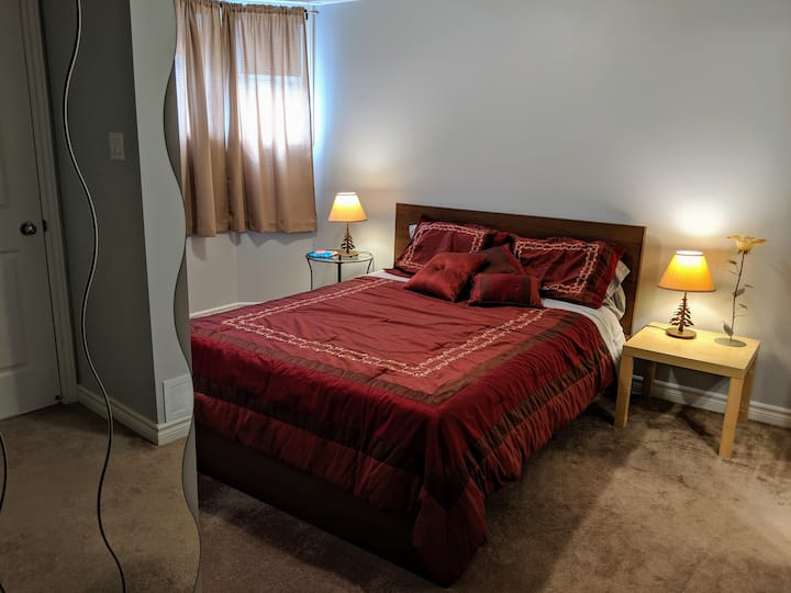 Cozy room with Queen bed & private bathroom