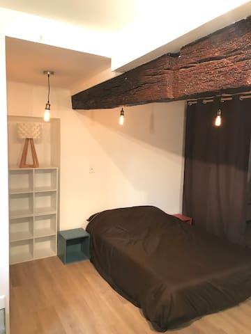 """Un lit deux places vous attend, draps fournis. Un """"clic-clac"""" vient ajouter deux couchages supplémentaires, draps également fournis."""
