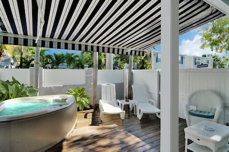 Honeymoon Hideaway, King bed, Private Deck & Spa! - Cayo Hueso - Departamento