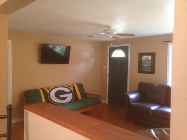 3 blocks to Legendary Lambeau Field - Green Bay - House