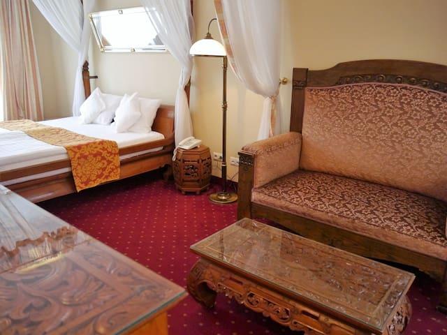 Apartament dla nowożeńców z łożem z baldachimem