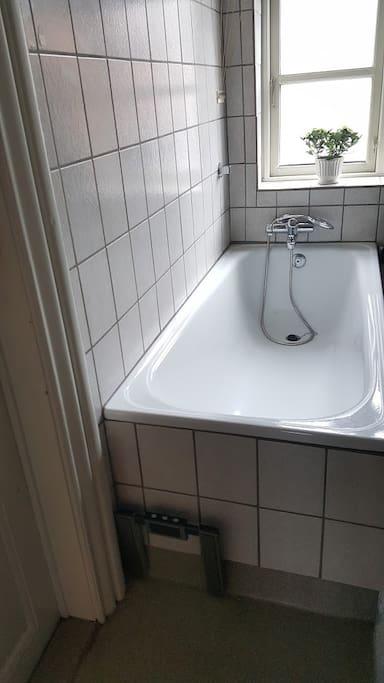 The big bathttub. Use it :)