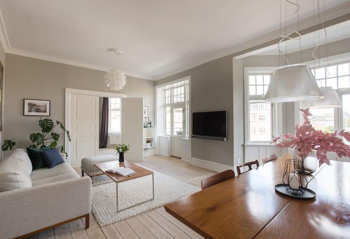 Exclusive location | Bright, spacious, corner apt.