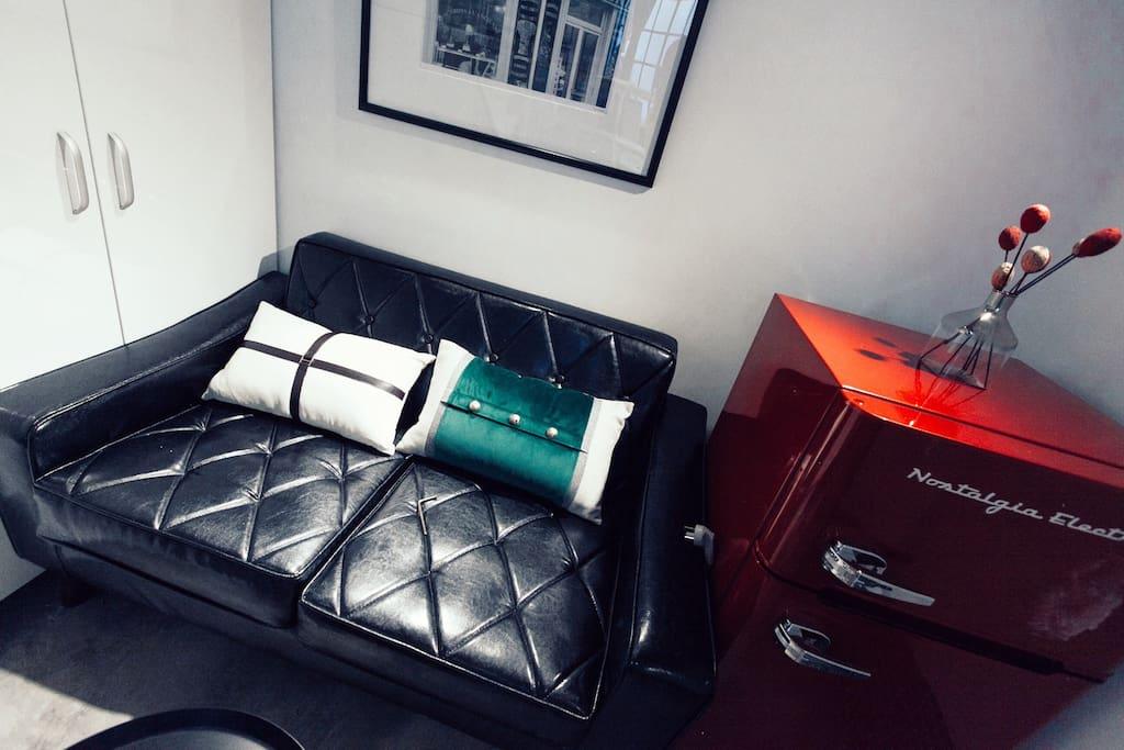 全新美国Nostalgia Electrics美国梦金属红复古双门冰箱&昂贵的复古丝绒抱枕,让你的休闲区域成为朋友们的热议话题