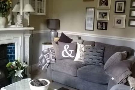 Stylish Double in Cosy Edwardian Home From Home - Worcester