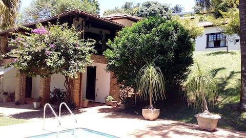 Casa inteira varanda piscina WiFi e belo jardim