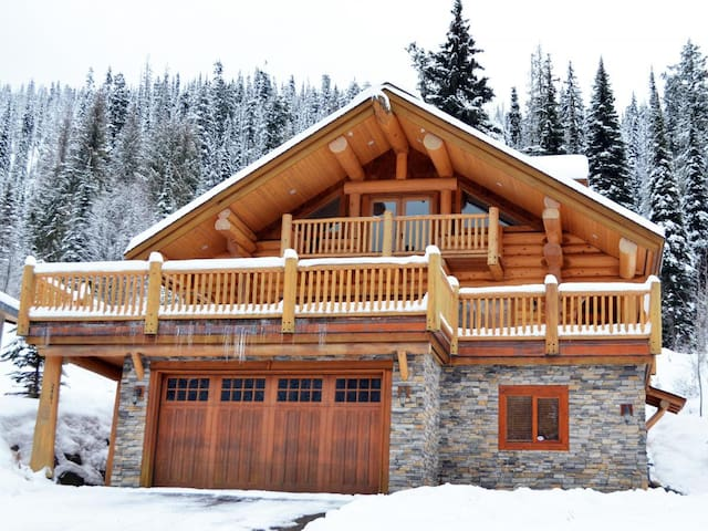 Luxury Ski-In Log Chalet with a View Sun Peaks