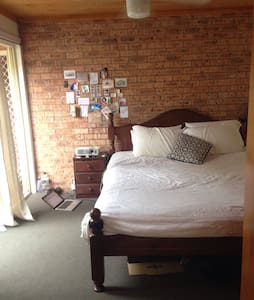1 king bedroom with ensuite - Cooks Hill