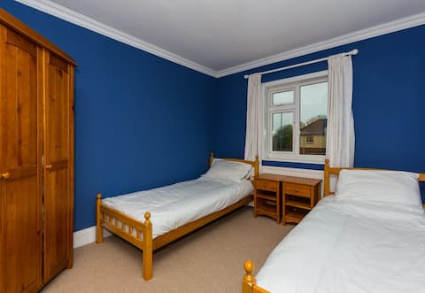 House Of Entertainment (2 single beds)