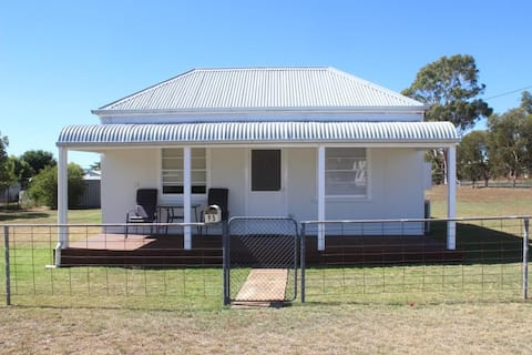 Dunedoo - Cute Country Cottage #buyfromthebush