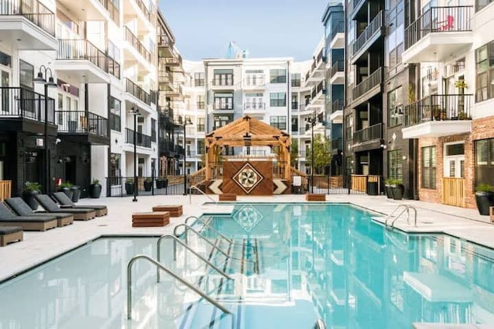 HEART OF DOWNTOWN Lux Apt! POOL OPEN! +PARKING!