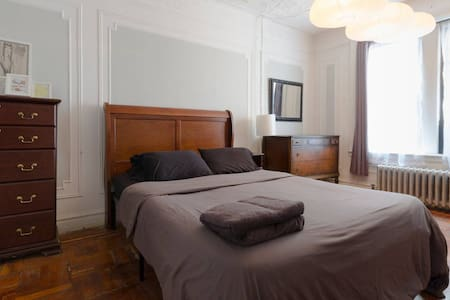 Quiet stylish room near Express Train to Midtown