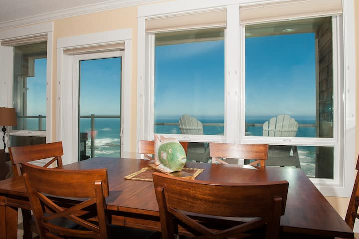 Seaside Breezes - Oceanfront Condo, Hot Tub, WiFi!