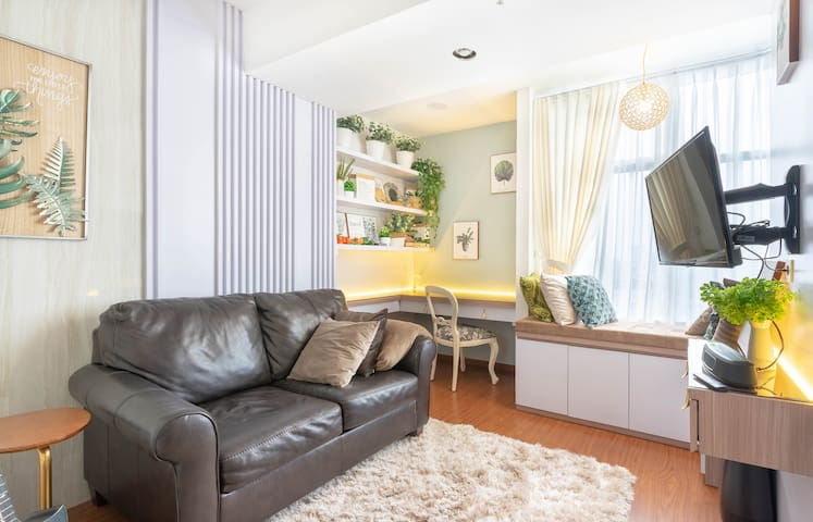 ★ Living room ★ with study area ★  a Smart TV, bay window, premium genuine leather sofa and a shaggy carpet.