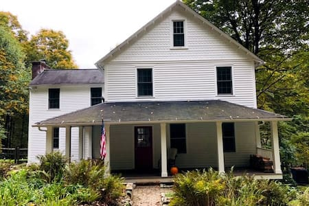 Litchfield Getaway: 1890 Colonial in Washington CT