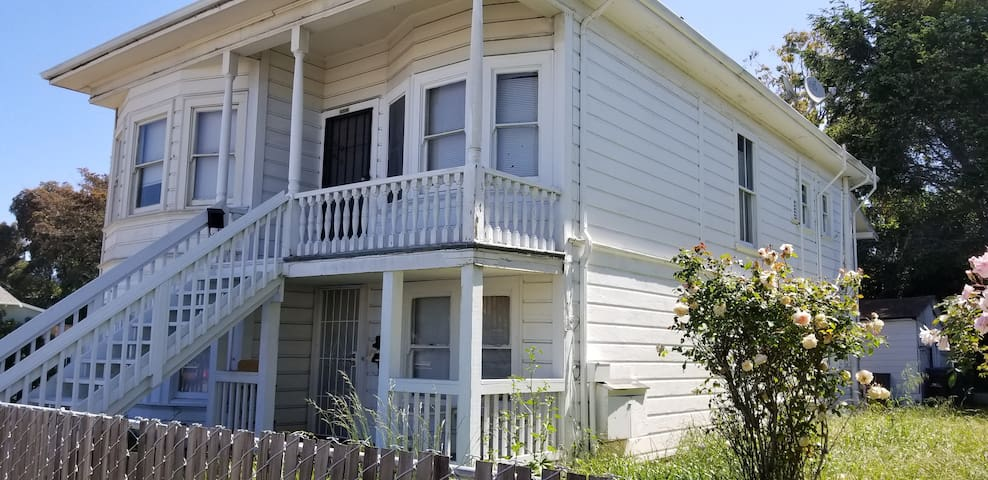 Rustic Victorian  front room: 5 min walk to BART