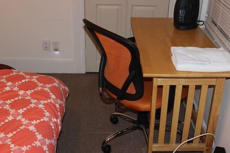 Quaint Little Office Room B2 - Boston - Dům
