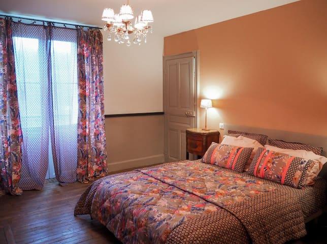 """La chambre parentale de la suite familiale """"Bellevue"""". Cette chambre possède un balcon avec une vue exceptionnelle sur la vallée."""