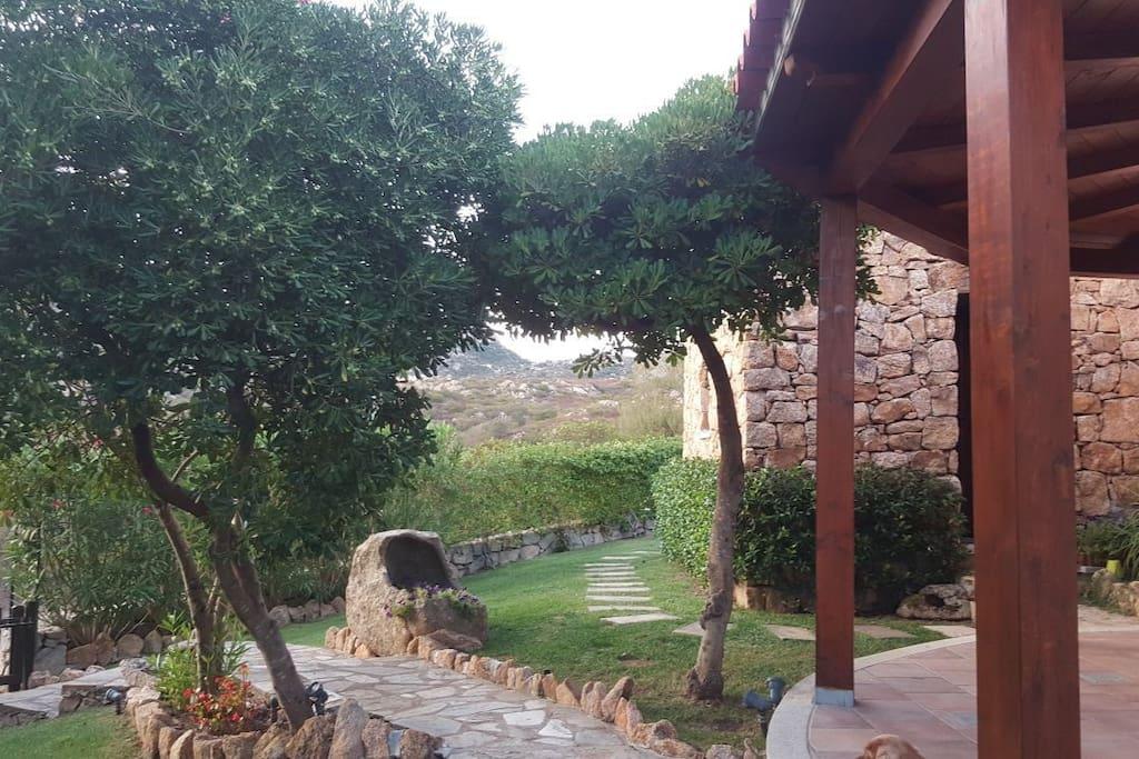 L'ampio giardino ha un bel patio dove e' possibile mangiare