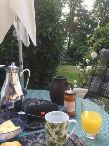 Bei Sonnenschein, Frühstück auf der Terrasse