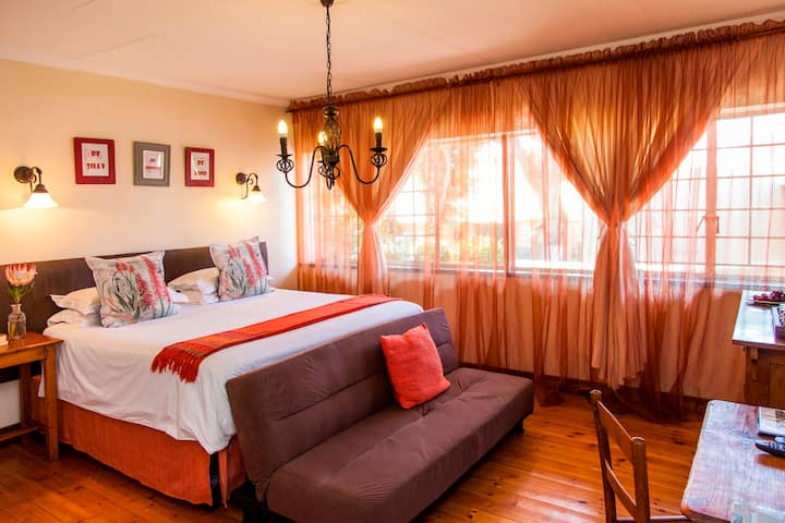 Romantic King room & Victorian bath in guesthouse