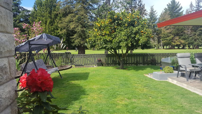 Right beside the Golf Course Bed and Breakfast - Motueka - Maison