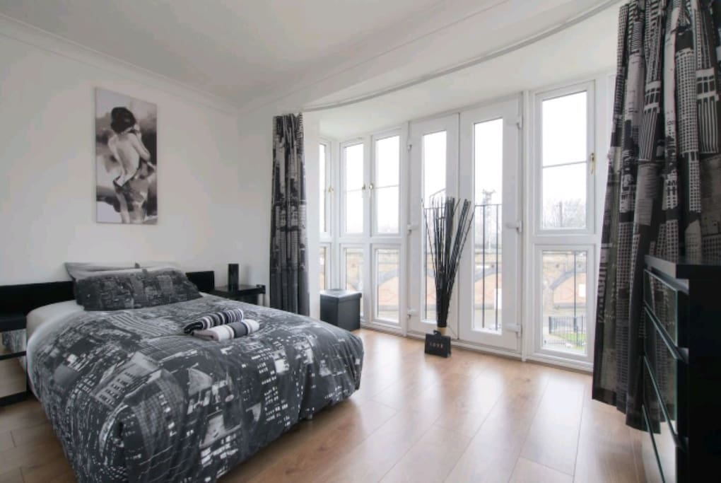 Brilliant 2 bedroom flat close to bow road station for Brilliant bedroom apartments