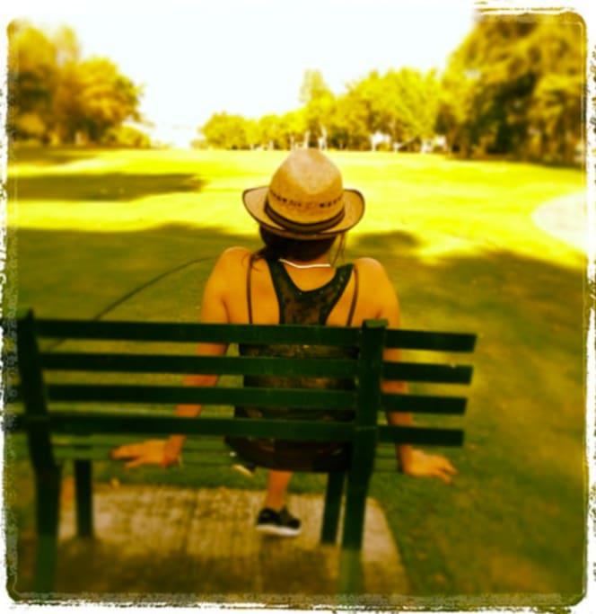 Banca en el campo de golf, en frente de la casa.