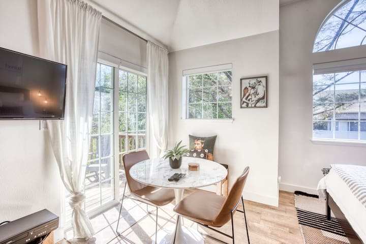 Sunny studio with private deck and Netflix streaming, 500 ft. to the beach!