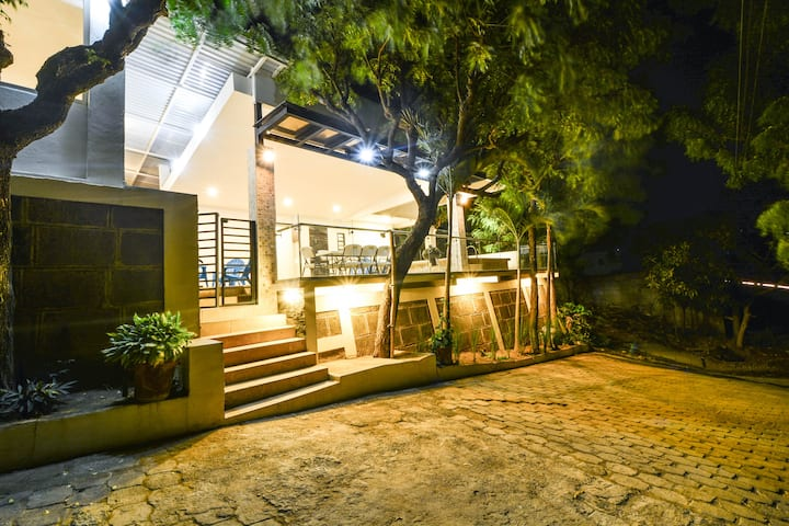 Coconut House - 6 BR, pool, steps from the beach.