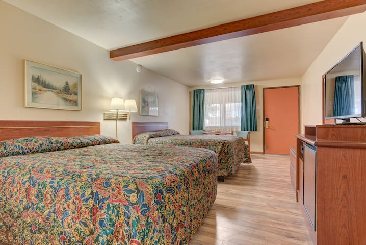 Cozy Two Queen Beds at the Redmond Inn