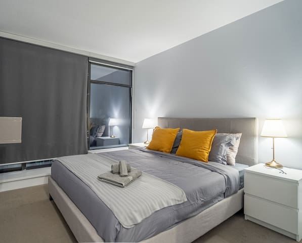 MasterBedroom+ensuite bath+Breakfast in Gastown!