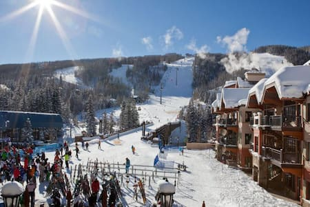 1 Minute Walk to Ski Lifts! Sleeps 4 people - Társasház