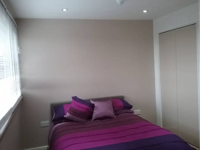 Double room, walking distance to Marsh Road - Luton - Talo