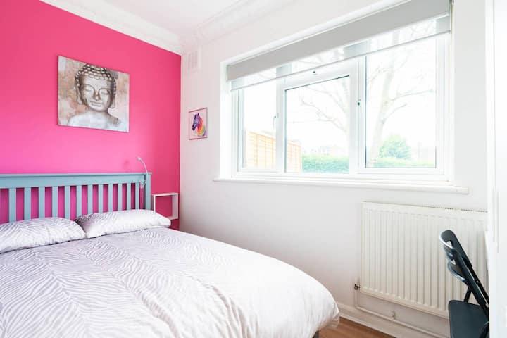 Cosy double bedroom & private bathroom, Eltham