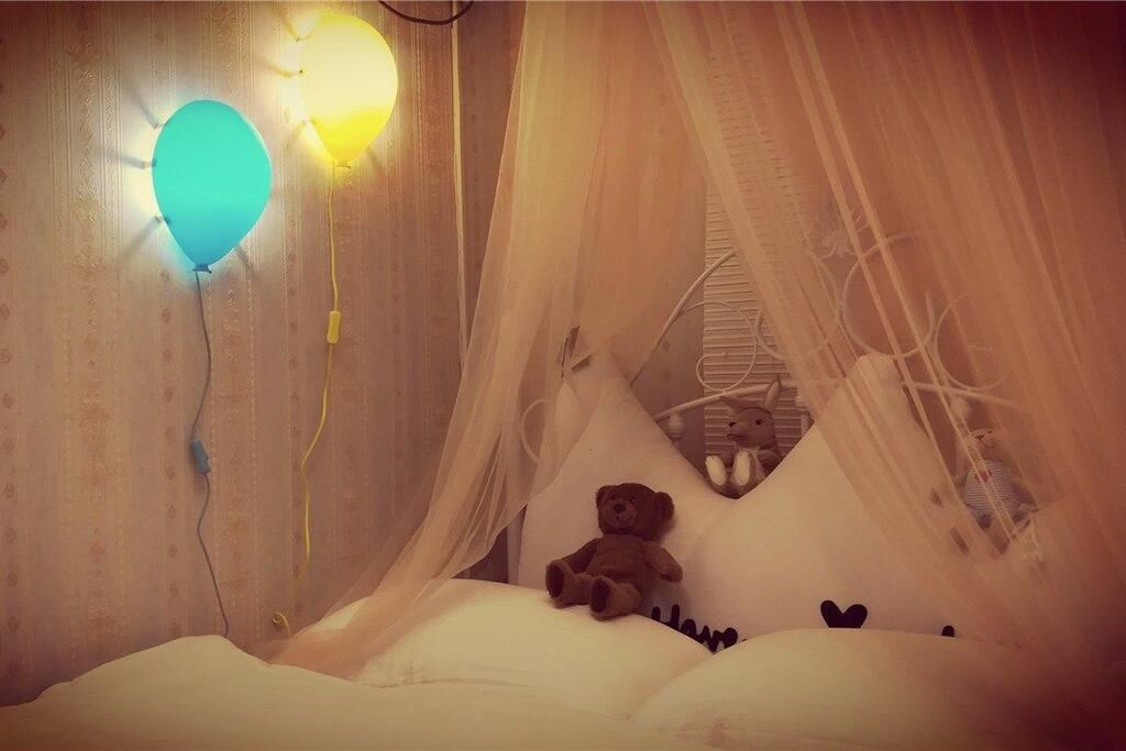 这是原来客厅改成的次卧,配有全新格力空调,床位为2米*1.5米。气球灯,公主纱幔,萌萌小熊一定会成为喜欢浪漫的你和小朋友的最爱
