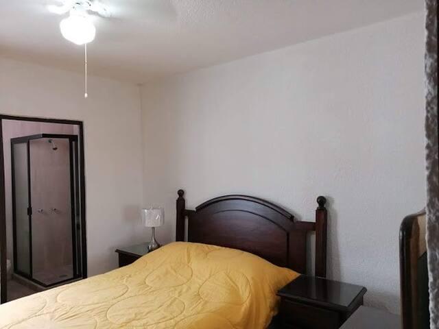 Habitacion cómoda con baño completo, equipada