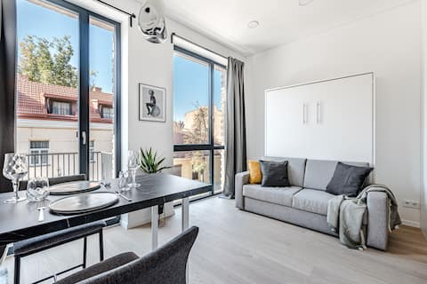 Modern studio w balcony in Old town + Free Netflix