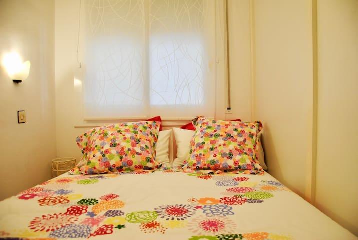 Habitación con cama de 135 cm y armario.