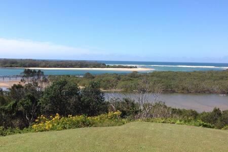 Urunga beach house with ocean views - Urunga