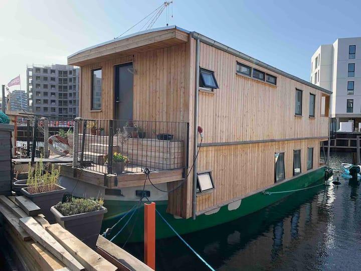Fantastisk husbåd midt i København.