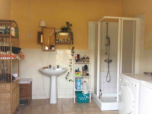 Baño amplio con ducha, wc, lavadora y secadora.