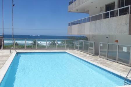 Apart-hotel em frente à praia do Pepê, na Barra - Rio de Janeiro